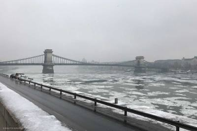 Chain Bridge in mist and ice in the Danube.