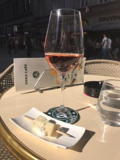 Ett glas Rosé på Anna Café.