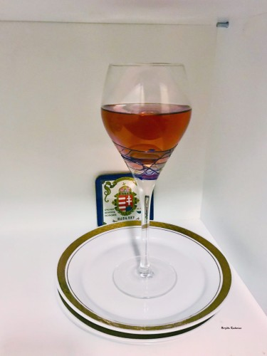 A glass of Kekfrankos Rosé.